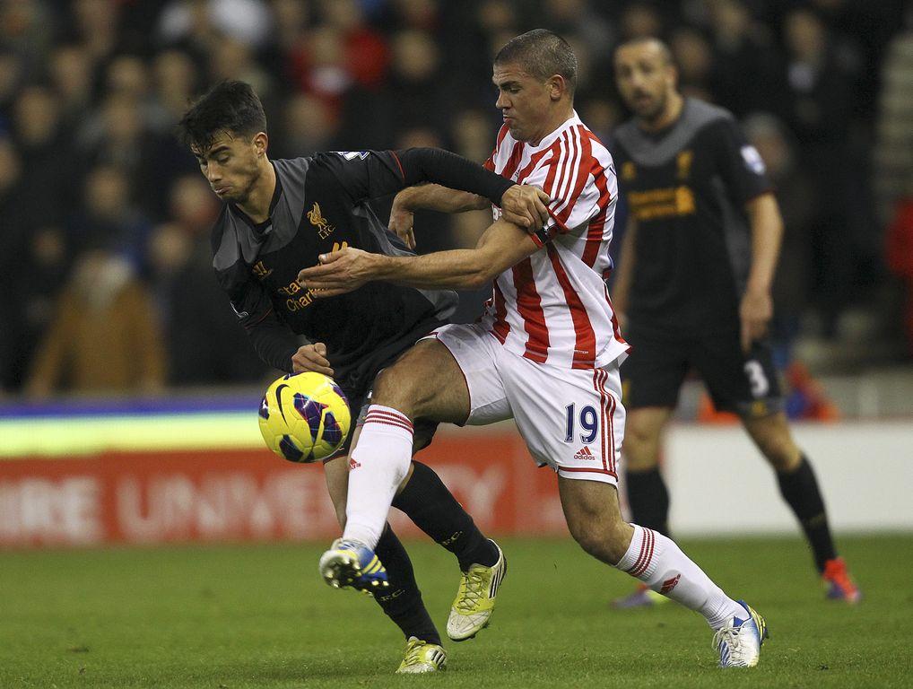 Jonathan Walters (Stoke City) y Suso (Liverpool) disputan un balón
