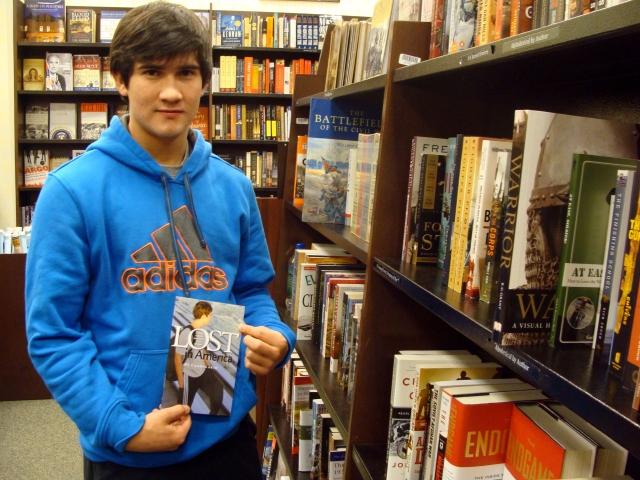 Joven immigrante publica libro