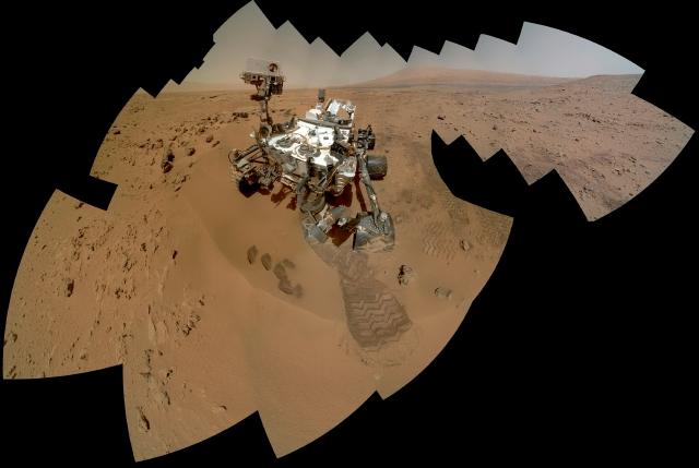 Imagen provista por  la NASA QUE muestra al  Curiosity sobre el planeta Marte en plena acción. En febrero deberá talar rocas.