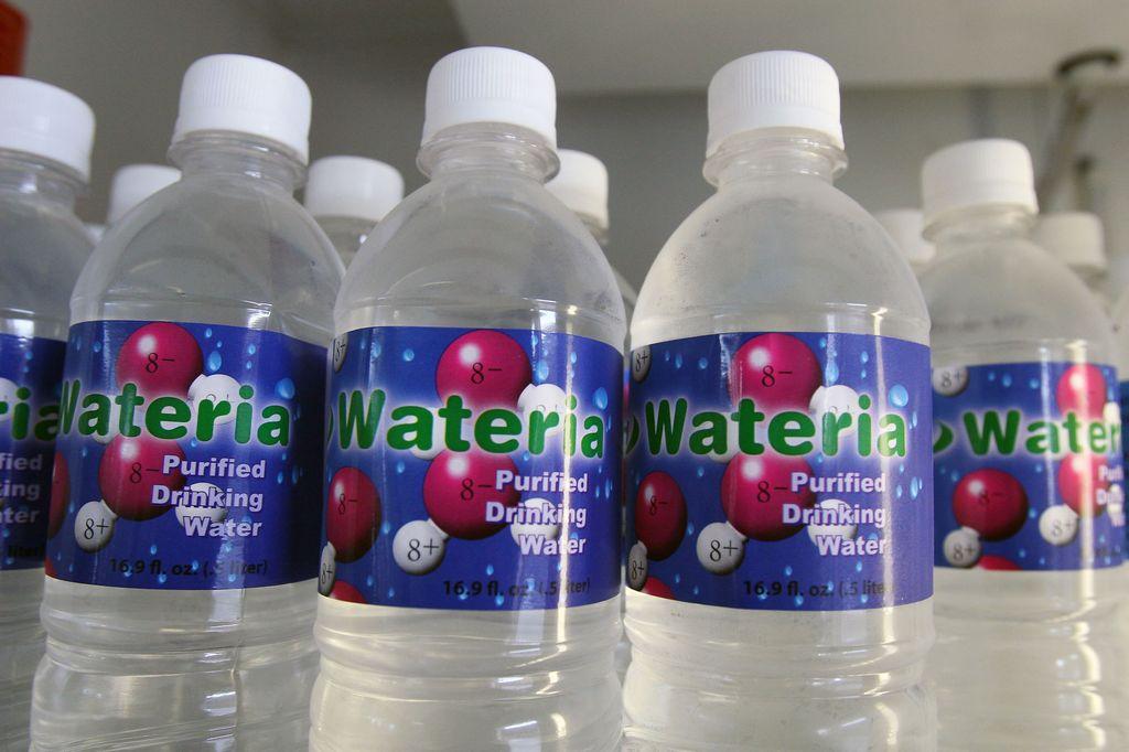 Un pueblo de EE.UU. prohíbe vender agua en botellas de plástico
