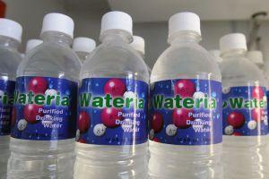 Los Ángeles quiere prohibir la venta de agua en botellas de plástico