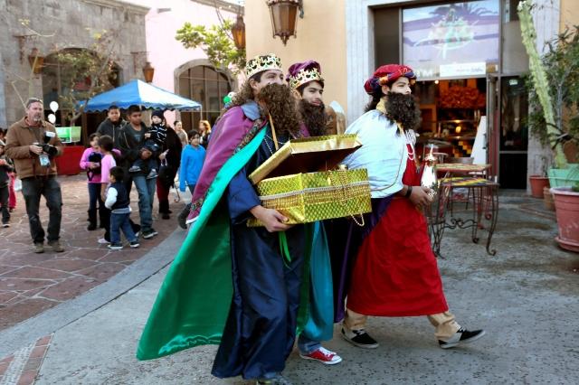 Los Tres Reyes Magos hacen su visita anual a la Plaza México