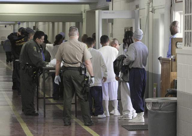Gobernador Brown declara fin a emergencia en prisiones de California