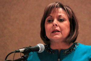 Susana Martínez insiste en retirar licencias a indocumentados