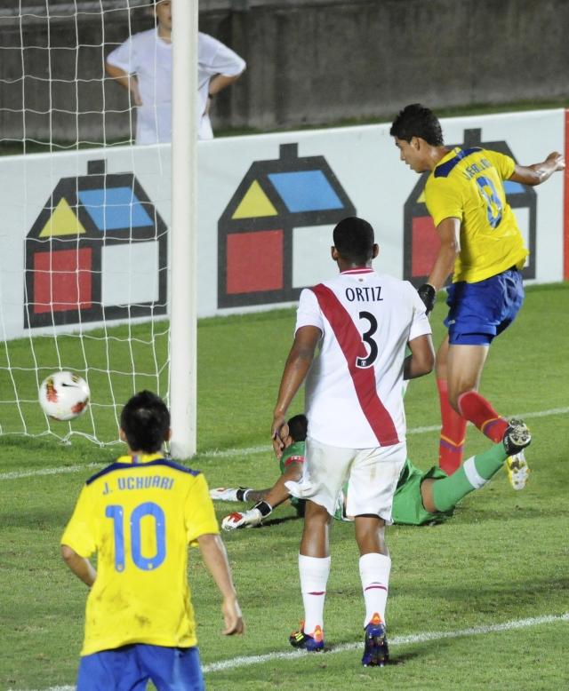 Ecuador remonta y vence 2-1 a Perú