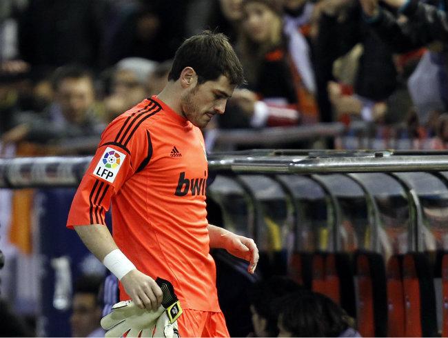 Iker Casillas al salir herido del campo de juego ayer.