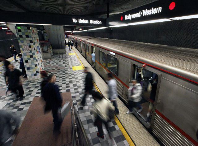 Rescatan a mujer de las vías en la Línea Roja en Hollywood