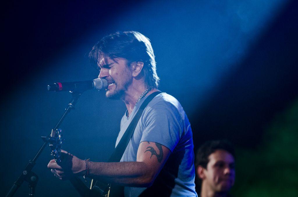 Juanes canta a estudiantes de Fundación Grammy (Fotos)