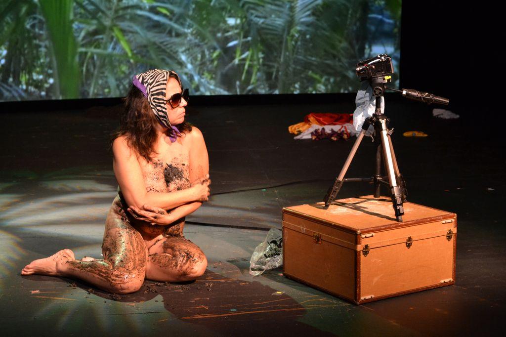 En la obra 'First Woman on the Moon', la dramaturga Elia Arce utiliza un fotomontaje para relatar la historia de su vida.