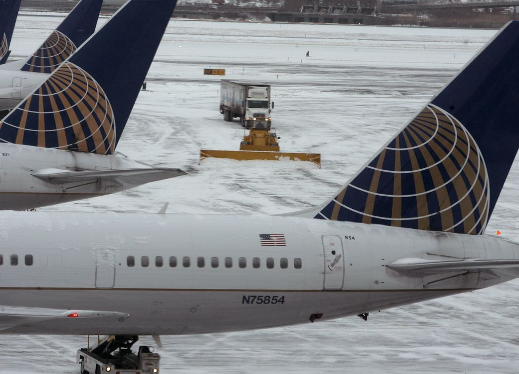 Cientos de vuelos cancelados por nevada en plena primavera en Chicago