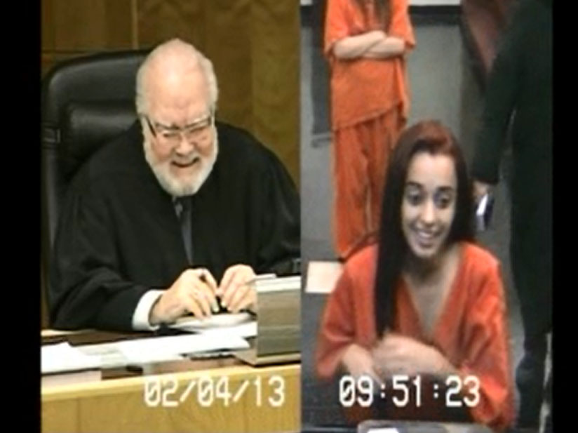 Acusada que le paró el dedo a juez es sensación en las redes
