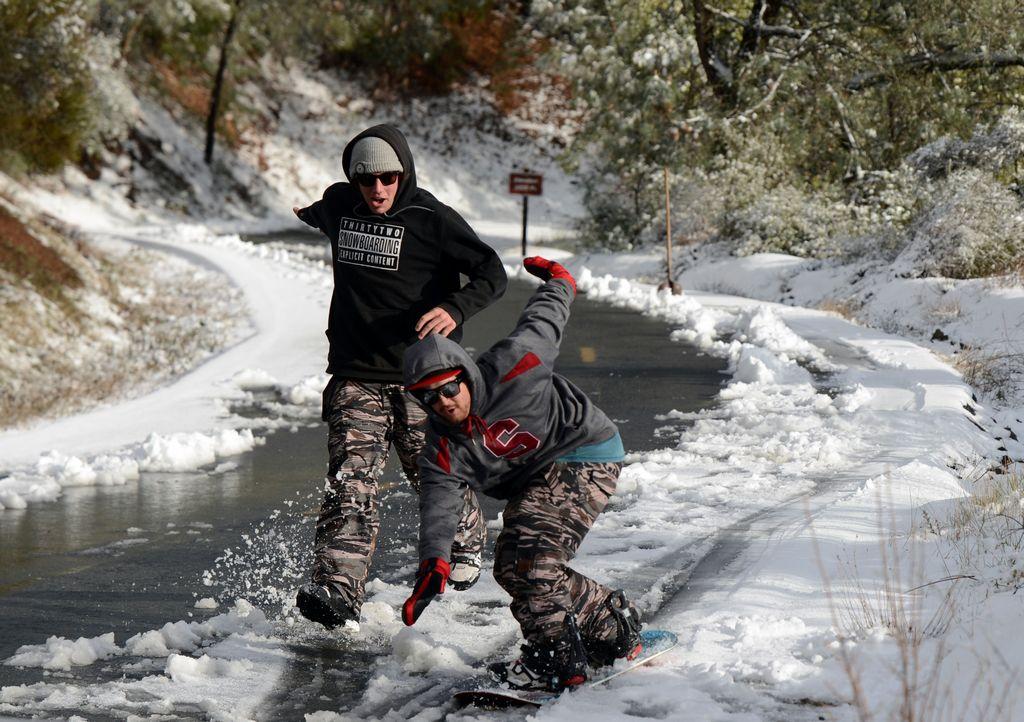 Nieve y lluvia obligan a cerrar vías en California