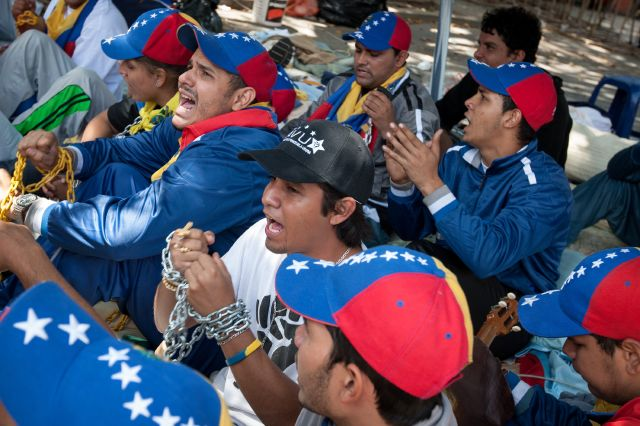 Estudiantes, hartos de secretismo, quieren ir a ver a Chávez