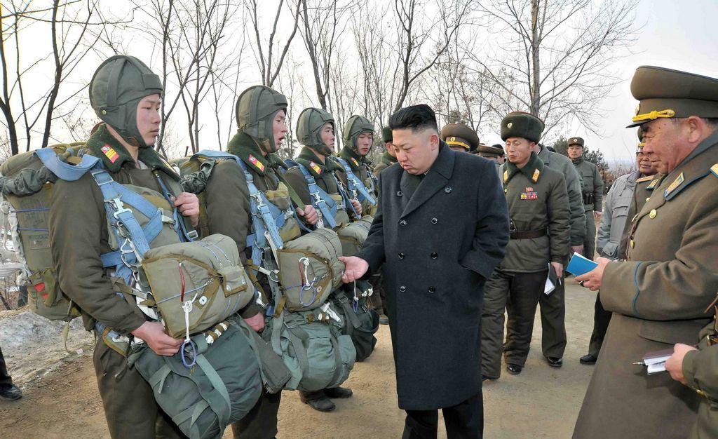 El líder norcoreano Kim Jong-un dirige una maniobra real de artillería.
