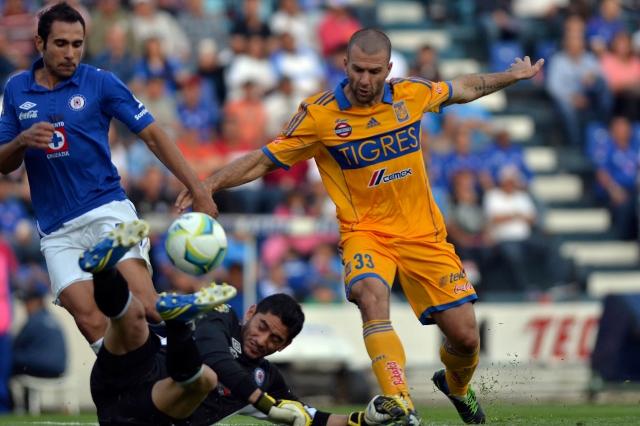 Emanuel Villa aprovecha el 'regalito' de Corona para anotar su segundo tanto de la tarde en el Estadio Azul.