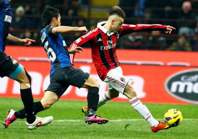 El Shaarawy (der.)   define sobre el cierre de  Yuto Nagatomo, del Inter,  para anotar el gol de Milan en el clásico de la 'madonnina' en Italia.