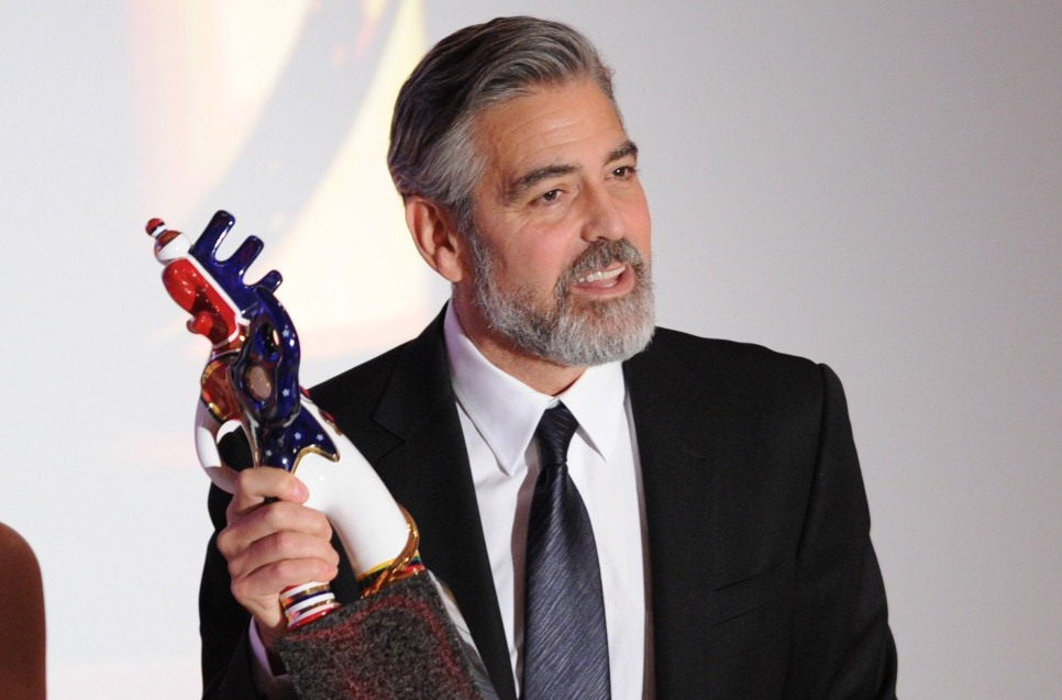 George Clooney dona pertenencias para subasta (Video)