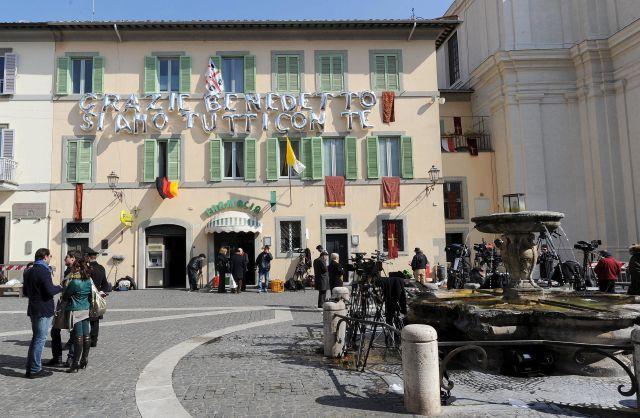 Un mensaje de agradecimiento a Benedicto XVI decora la fachada de una casa situada junto al Palacio Apostólico mientras varios medios periodistas esperan la llegada de Benedicto XVI a Castel Gandolfo (Italia) hoy.