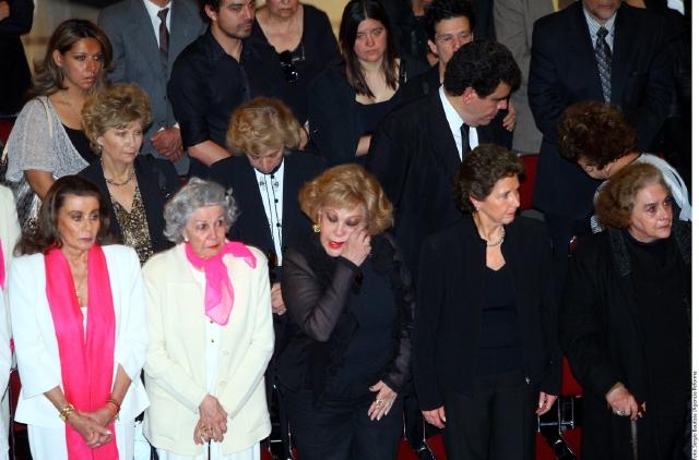 Carmen Montejo fue homenajeada el miércoles en el Palacio de Bellas Artes, ante la presencia de figuras como Silvia Pinal(tercera de izq. a der.), Diana Bracho y Laura Zapata, entre otros.