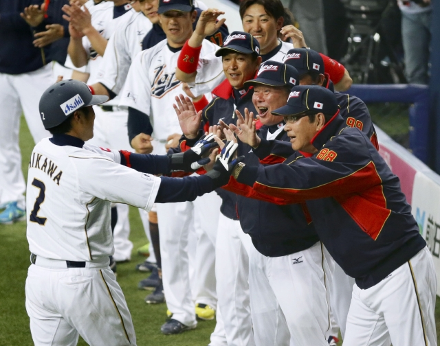 Ryoji Aikawa (izq.) es felicitado por Koji Yamamoto (der.) en un juego anterior. Japón abre la madrugada del sábado ante Brasil.