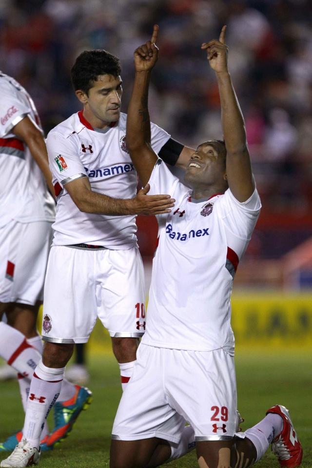 Antonio Naelson 'Sinha' (izq.) celebra la anotación de Luis Tejada sobre los Potros del Atlante, ayer, en el Estadio Quintana Roo.