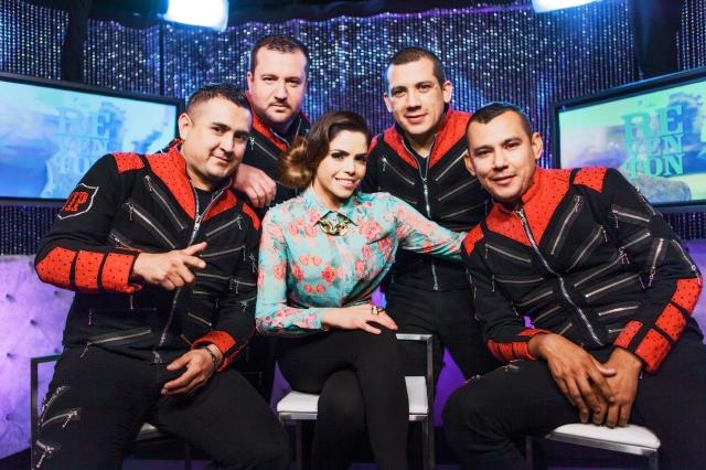 Yarel Ramos (centro),  presentadora de 'Reventón', y   Los Buitres de Culiacan Sinaloa.