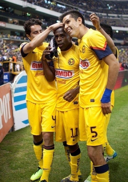 Christian Benítez (centro)  junto a Efraín Juárez (izq.) y  Jesús Molina, de las Aguilas, en la Liga MX.