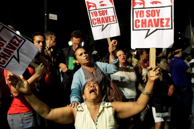 Seguidores de Hugo Chávez salieron  a las calles conmocionados por la noticia de su muerte a causa de un cáncer.