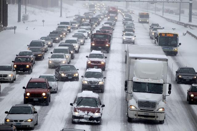 El tráfico congestionado avanzaba  lentamente ayer por una de las principales autopistas de Minneápolis,  Minnesota, donde las escuelas cerraron  al tiempo que las autoridades exhortaron a tener cautela en los caminos resbalosos por la nieve.