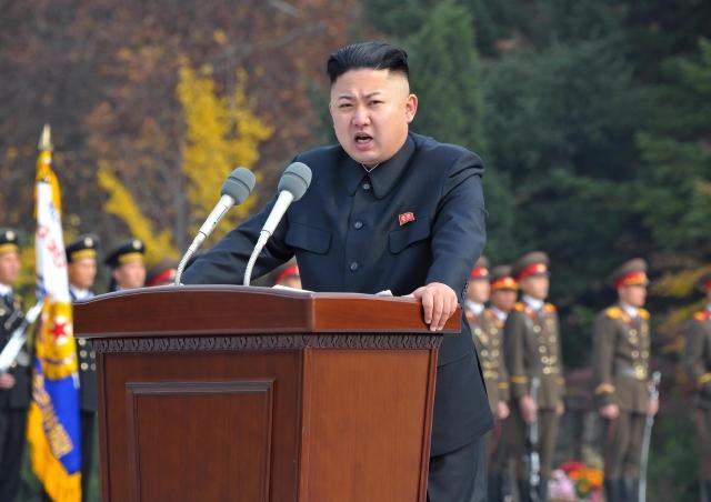 El controversial líder norcoreano Kim Jong-un pronunciando un discurso durante una ceremonia militar.