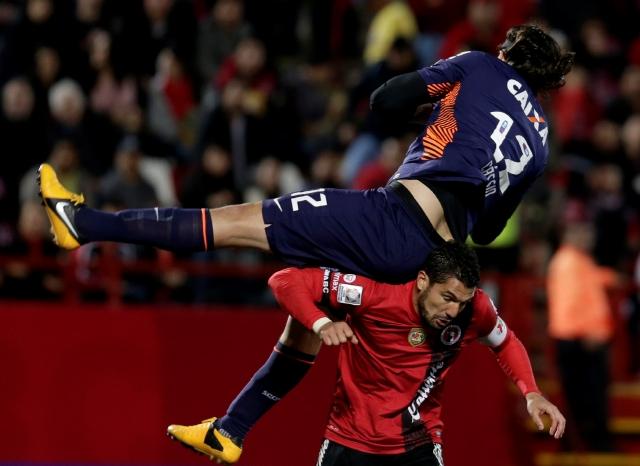 Javier Gandolfi, autor del gol de Tijuana, se dio tiempo para defender y aquí hace un 'banquito' al brasileño Cassio Ramos, anoche.