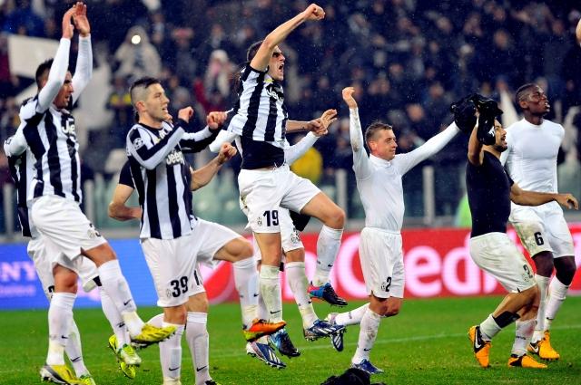 Jugadores del Juventus festejan en su estadio el triunfo sobre el Celtic para  de esta manera avanzar a los cuartos de final de la Champions y  aumentar   sus esperanzas de ganar el prestigioso torneo.