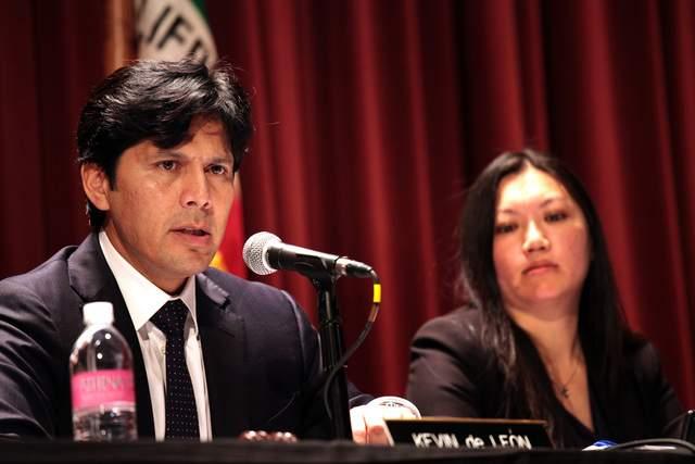 El Senador Kevin de León (i), dio su respaldo a Eric Garcetti, que debe ir a una segunda vuelta electoral donde se elegirá al próximo alcalde de Los Ángeles.
