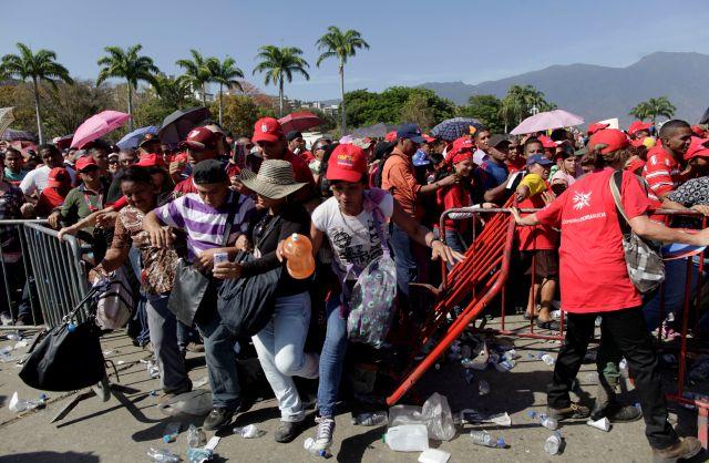 Los seguidores de Chávez rompen la barrera de la fila que lleva a ver los restos de Chávez.