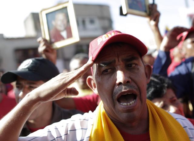 Cientos de seguidores lamentan la pérdida del fallecido presidente de Venezuela Hugo Chávez hoy, miércoles 6 de marzo de 2013, en las inmediaciones del Hospital Militar de Caracas.