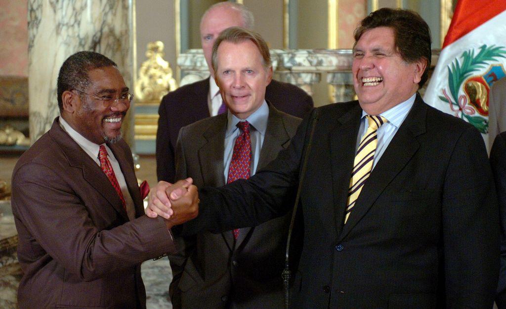 En esta foto de archivo se ve al congresista Gregory Meeks, saludando al presidente peruano Alan García.