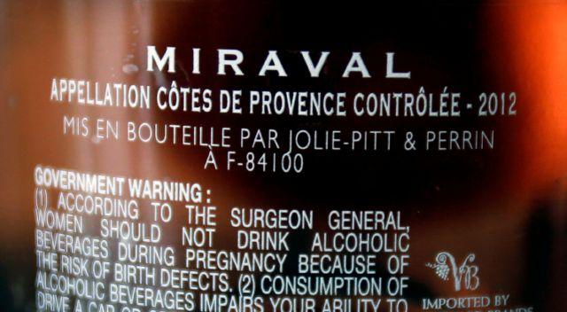 Los nombres de pareja se pueden ver en las botellas de vino.