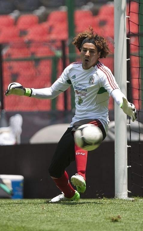 Guillermo Ochoa entre los jugadores convocados para el Tri.