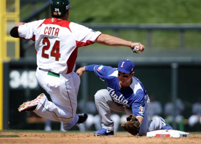 A pesar de su esfuerzo, Humberto Cota de México,     llega tarde  y Anthony Granato, de  Italia, lo pone out.