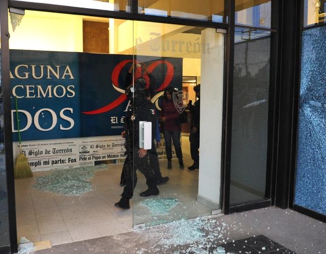 Varios policías inspeccionaban la sede del diario mexicano 'El Siglo de Torreón' después de un ataque el miércoles en Torreón, México.