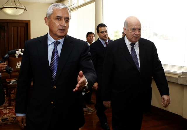El presidente de Guatemala, Otto Perez Molina (i), con el  secretario general de la OEA, José Miguel Insulza.