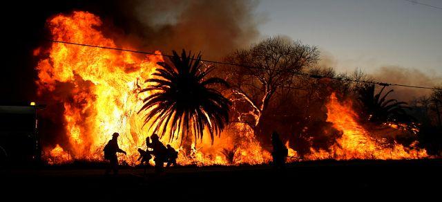 Bomberos combaten un incendio en Riverside, el 1ro. de marzo.