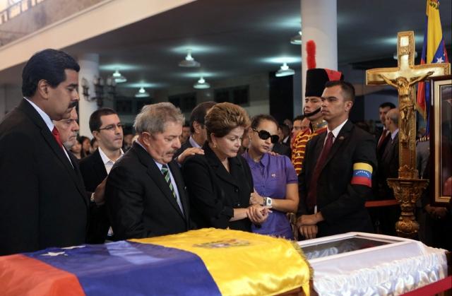 El vicepresidente  Nicolás Maduro, (izq.) acompaña a  Luiz Inacio Lula Da Silva,  Dilma Rousseff, expresidente y presidenta de Brasil y a Rosa Virginia, hija de Hugo Chávez, durante el funeral del mandatario.