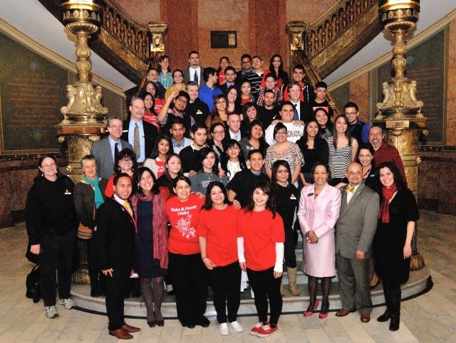 Foto de los senadores, representantes estatales y estudiantes, tras lograr victoria de pasar la ley en el Capitolio en Denver, Colorado.