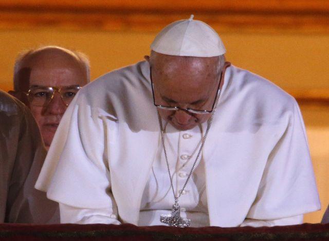 Papa Francisco casi sufre su primera caída (videos)