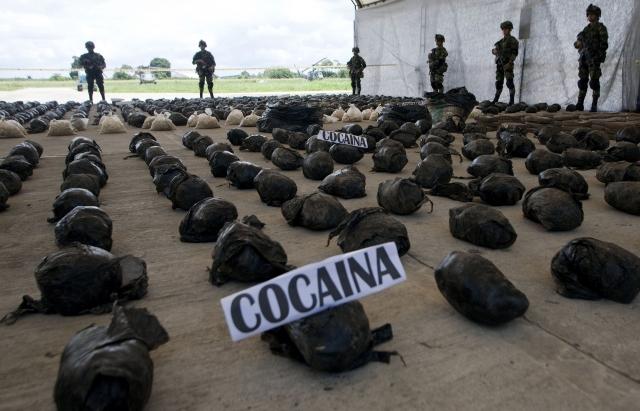 Ejército de Colombia presenta 3.9 toneladas de cocaína decomisadas ayer,  a las FARC, en el  departamento del Cauca.