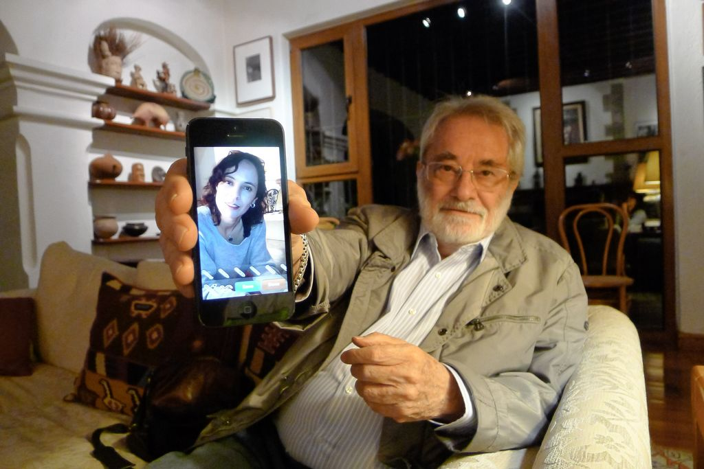 Pedro Meyer muestra la imagen que tomó a nuestra colaboradora Katia Fuentes con una aplicación del iPhone.