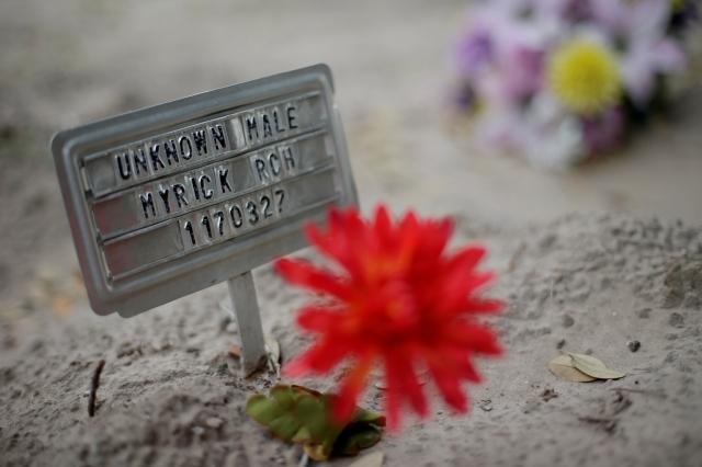 Una señal y una flor de plástico marcan una tumba en Falfurrias, Texas, donde quedaron los restos no identificados de un supuesto inmigrante indocumentado  que murió en el intento de cruzar la frontera.