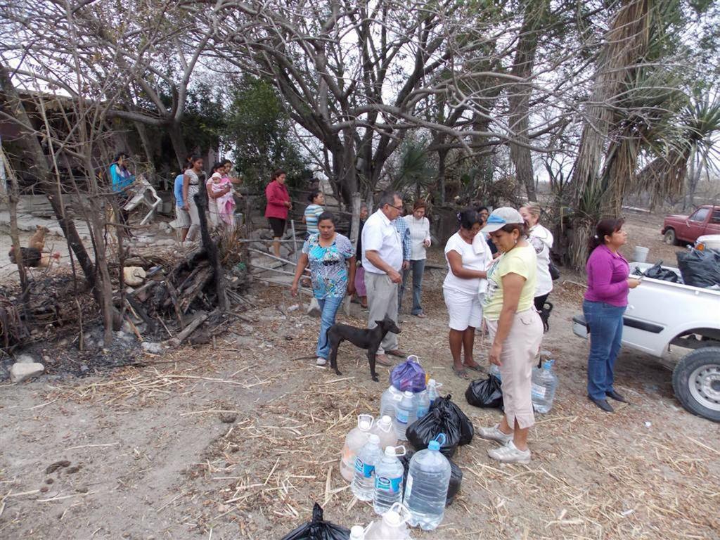 Afectados por los incendios son apoyados con alimentos.