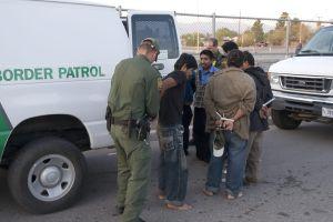 Policía descubre en casa de Texas a 71 inmigrantes